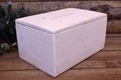 Κουτί Ευχών Ξύλινο Λευκό  Κουτί ευχών από φυσικό ξύλο, με σχισμή, σε λευκή απόχρωση. Αντικαταστήστε το βιβλίο των ευχών με μια πρωτότυπη ενναλλακτική σε ρομαντικό, vintage ύφος. Συγκεντρώστε τις ευχές των καλεσμένων σας και τις γλυκιές αναμνήσεις της ημέρας του γάμου σας σε ένα όμορφο κουτί, το οποίο θα κρατήσετε αργότερα και για το σπίτι. Γράψτε τις ευχές σας σε χάρτινα καρτελάκια, ή ξύλινες καρδιές και γεμίστε το κουτί με πολλή αγάπη.Διαστάσεις: 30x20x15 cm Tissue Holders, Facial Tissue, Container