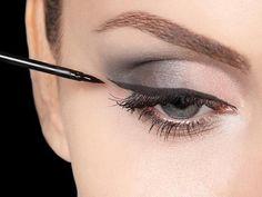 O maquiador Marcos Costa conta tudo sobre como fazer um #look com o olho marcante: http://www.adoromaquiagem.com.br/dicas-maquiagem/novidades-tendencias/marcos-costa-tira-duvidas-sobre-delineador/16573/ #maquiagem #dica #MaquiagemNatura