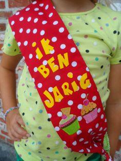 het verjaardagslint kan ook aan de andere kant gedragen worden. Mini S, Happy B Day, Childrens Party, Childcare, Preschool Activities, Birthday Celebration, Projects To Try, Birthdays, Happy Birthday