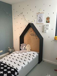 Kinderkamer van Flip! #jongenskamer #zwartwit #bedhuisje Baby Bedroom, Girls Bedroom, Kids Single Beds, Little Boys Rooms, Kids Room Paint, Baby Room Design, Man Room, Kid Beds, Baby Decor