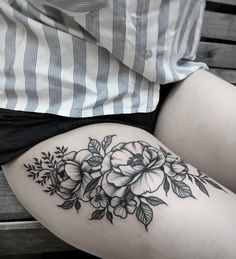 Flowers on thigh - Tattoo Upper Thigh Tattoos, Girl Thigh Tattoos, Floral Thigh Tattoos, Leg Tattoos Women, Tattoo Floral, Thigh Tattoo Flowers, Butterfly Thigh Tattoo, Poppies Tattoo, Tigh Tattoo
