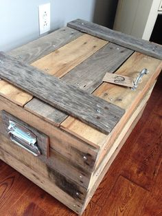 Pallet Storage Trunk / Pallet Chest // or you should send this to Brian! This looks sweet! Pallet Crafts, Diy Pallet Projects, Wood Projects, Woodworking Projects, Pallet Ideas, Wood Pallet Furniture, Furniture Projects, Diy Furniture, Pallet Wood
