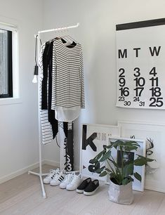 Closet Simples - Estilo Próprio by Sir Home Interior, Interior Styling, Interior Design, Decoration Inspiration, Interior Inspiration, Style Inspiration, Rangement Makeup, Room Decor For Teen Girls, Minimalist Closet
