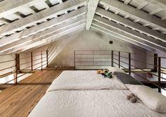Cette maison de campagne aux allures rustiques se trouve à Trévise dans le Nord-Est de l'Italie. Les architectes du studio Zaa ont rénové et agrandi l'habitation qui fait désormais 450 m2. Cet havre de paix en plein coeur de la nature est une réussite ! La verrière au métal oxydé s'intègre parfaitement aux paysages.