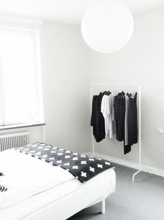 Via Annie Lindgren | Black and White Bedroom | Pia Wallen Blanket
