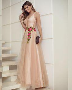Vestido @tugore ♥️♥️ Tule nude com bordado floral!! A marca tem os vestidos de festas mais lindos da vidaaa, e vende tanto no varejo quanto no atacado! ♥️♥️