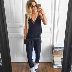 Chica usando unos jogger pants