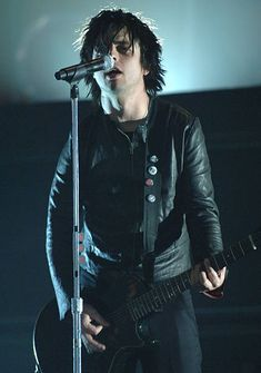 Billie Joe Armstrong of Green Day during 2005 Billboard Music Awards Rehearsals Day One at MGM Grand Garden Arena in Las Vegas Nevada United States Billie Joe Armstrong, Billie Green Day, Emo, Punk Rock, Mgm Grand Garden Arena, Hot Band, Billboard Music Awards, Pharrell Williams, Gucci Men
