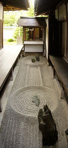 There is a small 'karesansui'(枯山水)Zen rock garden in the middle of this temple (Kyoto, Japan) Japanese Design, Japanese Art, Japanese Gardens, Zen Gardens, Japanese Style, Formal Gardens, Traditional Japanese, Landscape Design, Garden Design