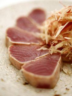 Japanese dish - lightly roasted tuna まぐろのたたき