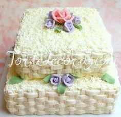 Torte e Decorazioni: Due piani di panna e rose in pasta di zucchero..