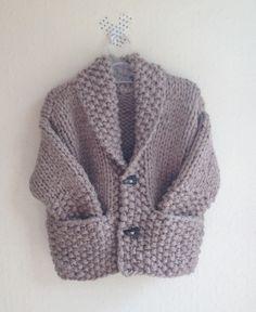 Veste tricotée main dans un gros fil laine et bambou. Ce fil est merveilleux: mousseux, léger, chaud, et souple, bébé est parfaitement à l'aise dans cette veste confortable e - 8120631