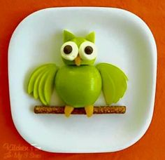 Kitchen Fun With My 3 Sons: Apple Owl .Hoot Hoot Eat Some Fruit! cute snacks for kids Edible Crafts, Food Crafts, Edible Art, Edible Food, Kids Crafts, Cute Food, Good Food, Funny Food, Awesome Food