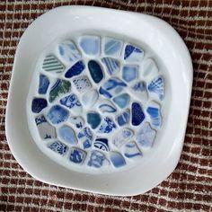 陶器でも作ってみましたこれは全部海で拾ってきた陶器です青い柄がどれも違って見てるだけで面白いでも器自体にうっすら1箇所ヒビみたいな線がこれは私物決定です #陶器  #タイルクラフト  #海  #青  #目地材  #シーグラス  #ビーチグラス  #seaglass  #インテリア