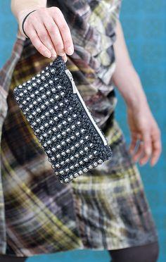 Bead knitting purse by Pia Heilä for Toika Oy. Disco-Putkis ja lysterihelmet. http://kauppa.toika.com/product/1753/disco-kukkaro-tarvikepakkaus