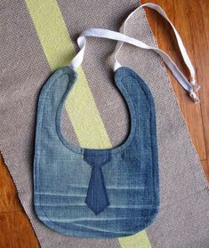 Pin for Later: 19 Ideas For Upcycling Denim Bibs Upcycle your jeans into bibs, which are durable and machine-washable. Jeans Outfit For Work, Jeans Outfit Winter, Work Jeans, Fall Jeans, Summer Jeans, Outfit Jeans, Shirt Outfit, Diy Projects For Kids, Diy For Kids