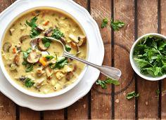 Jestli máte rádi hutné husté polévky, takové ty ve kterých skoro stojí lžíce, tak tahle je přesně pro vás. Kombinace hub a krémového sýru je vážně skvělá.