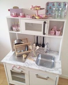 Sweet pastel tones for these 8 unique Ikea hacks in the kids' room Ikea Kids Kitchen, Diy Play Kitchen, Play Kitchens, Kitchen Hacks, Toddler Kitchen, Ikea Duktig, Ikea Toys, Childrens Kitchens, Cocina Diy