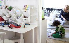 Acrescente recipientes de arrumação extra na parede para brinquedos arrumados