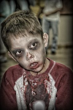 zombie costumes ideas for kids Halloween Zombie, Boy Zombie Costume, Diy Zombie Kostüm, Kids Zombie Makeup, Zombie Kid, Zombie Face, Creepy Halloween Costumes, Halloween Kids, Halloween Makeup
