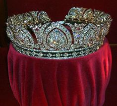 Devonshire Parure -- tiara C. plasma, and sardonyx The Devonshire Parure was commissioned by the Duke of Devonshire for Countess Granville, the wife of his ne Royal Crown Jewels, Royal Crowns, Royal Tiaras, Royal Jewelry, Tiaras And Crowns, Fine Jewelry, Family Jewels, Circlet, Diamond Are A Girls Best Friend