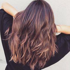 Pastellige Töne auf braunem Haar? Mit der neuen Trend-Haarfarbe Rosébraun geht das.