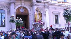Op 8 mei (de grootste dag) dan gaan om 4.30 uur de poorten van de Basilica open. Een grote stoet met pelgrims passeert zingend en biddend langs het graf in de crypte. Om 6.45 uur, na ettelijke misvieringen, wordt een groot standbeeld van de heilige San Nicola uit de basilica gehaald en door de stad gedragen, omstuwd door Rooms-katholieke en Russisch-orthodoxe gelovigen. De processie wurmt langzaam door de nauwe straatjes richting de haven.