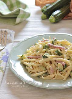 Trofie cremose zucchine e speck senza panna e senza burro, con stracchino e latte per rendere la pasta cremosa, un primo leggero gustoso e facile da fare.