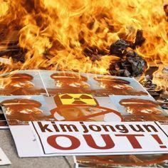 Un gruppo di attivisti sudcoreani brucia un ritratto del dittatore nordcoreano Kim Jong-un durante una manifestazione di protesta