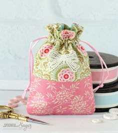 Harvest Drawstring Bags – free sewing tutorial by A Spoonful of Sugar - Most Beautiful Bag Models 2019 Drawstring Bag Diy, Drawstring Bag Pattern, Drawstring Bag Tutorials, Diy Sewing Projects, Sewing Tutorials, Sewing Ideas, Sewing Patterns, Fab Bag, Bag Pattern Free
