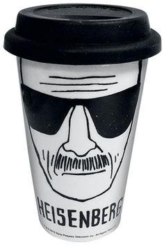 Tazza in ceramica con coperchio in silicone nero che fa anche da cappello all'immagine di Walter White, noto anche come il temutissimo Heisenberg in #BreakingBad. La tazza è isolata termicamente e permette di mantenere inalterata la temperatura delle bevande che vi si versano.
