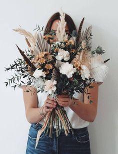 Todo lo que debes saber del Bouquet de Novia – ¿Cómo elijo el bouquet perfecto? El ramo de novia, Significados del ramo de novia, Consejos para elegir el ramo, ¿Cuál es la diferencia entre ramo y Bouquet? Floral, Wreaths, Beautiful, Fall, Rose Petals, Bouquet Of Roses, Mariage, Bouquets, Tips