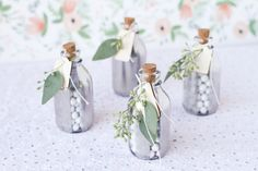 DIY: Botellitas decorativas de cristal metalizadas | Preparar tu boda es facilisimo.com