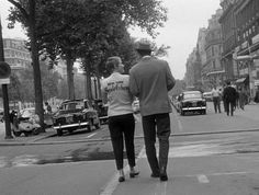 À BOUT DE SOUFFLE Sur les Champs-Élysées, déambulent Seberg et Belmondo. Silhouettes (et tee-shirt) mythiques