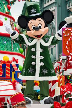 Mickey Mouse in the Christmas Cavalcade at Disneyland Paris. Disney Christmas Parade, Disney World Christmas, Mickey Mouse Christmas, Mickey Mouse And Friends, Mickey Minnie Mouse, Disneyland Christmas, Disneyland Paris Noel, Parc Disneyland, Disney Characters Costumes