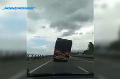 Video detik cemas lori terlebih muatan senget dan akhirnya terbalik nasib baik tak hempap kereta yang lalu sebelah lagi berapa saat je!   VIRAL menerusi video yang dikongsikan di laman Facebook Info Roadblock JPJ/polis memaparkan detik-detik sebuah lori terbalik di KM57.5 Lebuh Raya Utara Selatan dari Alor Setar menghala ke Gurun kira-kira pukul 1.53 petang Jumaat.  Kemalangan tersebut dilaporkan telah menyebabkan kesesakan teruk di laluan berkenaan apabila lorong kanan terhalang.  Video…