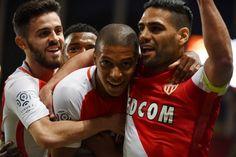 Quasiment assuré du titre depuis vendredi dernier, Monaco a été sacré champion de France, mercredi soir, après une victoire contre Saint-Etienne (2-0). 17 ans après le dernier titre du club.