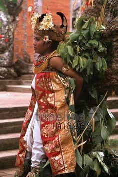 Barongtanz, 1979 Czychowski/Timeline Images #70er #70s #retro #vintage #indonesien #indonesia #bali #tanz #dance #tanzen #dancing #traditionell #traditional #barong #culture #kultur #reisen #travel #reise #tänzerin #dancer #kostüm #costume Sari, Skirts, Fashion, Saree, Moda, La Mode, Skirt, Fasion, Fashion Models