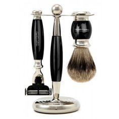 """Seturile de barbierit Truefitt&Hill din colectia Edwardian sunt un element deosebit din recuzita oricarui domn respectabil. Sunt realizate in Marea Britanie, din materiale foarte rezistente, cu finisaje deosebite si elemente din crom, ceea ce le confera o imagine de lux. Pamatuful pentru barbierit este realizat din par natural de bursuc de calitate """"super badger"""". Aparatul de barbierit este compatibil cu rezervele Gillette Mach3."""