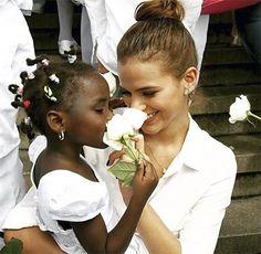 Bruna Marquezine e várias famosas adotam look branco em ato pela paz