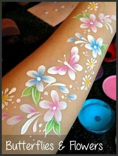 Face painting easy butterfly and flowers gepind door www.hierishetfeest.com