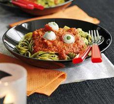 Le tagliatelle verdi con pesto e pomodoro guarnite da ciliegini farciti di mozzarella, sono una vera delizia!