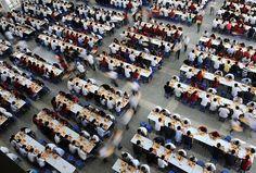 Refeitório da Foxconn lotado de trabalhadores (Foto: Reprodução)
