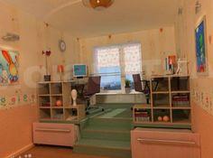 На подиуме в комнате для мальчика и девочки установлен эргономичный стол предназначенный для выполнения домашних заданий, игр, рисования.