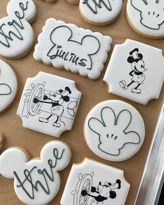 Fancy Cupcakes, Fancy Cookies, Cute Cookies, Royal Icing Cookies, Sugar Cookies, Mickey Mouse Cookies, Disney Cookies, Cookies For Kids, How To Make Cookies