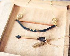 Bogen und Pfeil Tribal Feather Necklace von StrangelyYours auf Etsy