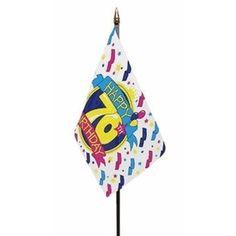 Happy 70th Birthday vlaggetje op kunststof stokje. Het polyester vlaggetje is ongeveer 15 x 10 cm groot. De lengte van het stokje inclusief vlaggetje is ongeveer 27 cm. Er zit een gouden dopje boven de vlag op het stokje.