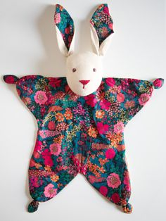 cadeau de naissance Baby Toys, Toddler Toys, Kit Bebe, Crochet Rabbit, Diy Baby Gifts, Baby Sewing Projects, Baby Couture, Baby Comforter, Baby Sensory