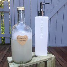 Att byta ut sitt gamla hederliga diskmedel till ett ekologiskt är att göra miljön en stor tjänst! För mig känns det fel att något som används så ofta i vardagen ska behöva stämplas med en varningst… Hobbies And Crafts, Diy And Crafts, Lotion Bars, Natural Cleaning Products, Natural Solutions, Vodka Bottle, Allergies, Household, Organic