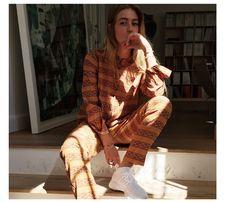 Covers modeassistent, Emili Sindlev, fortæller om forholdet til kollegaen Liv Winther, hvordan humøret dikterer tøjstilen og at lykken er én simpel ting.
